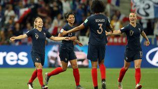 Les footballeuses françaises célèbrent un but lors du match contre la Norvège, le 12 juin 2019, à Nice (Alpes-Maritimes). (VALERY HACHE / AFP)