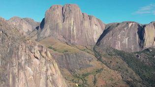 France 2 vous emmène à la découverte des falaises de Tsaranoro, à Madagascar, qui comptent parmi les plus belles et les plus difficiles du monde. (FRANCE 2)