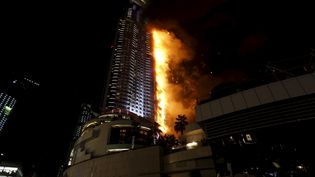 L'Adress Hotel a été ravagé par les flammes dans le centre de Dubai, jeudi 31 décembre au soir. (AHMED JADALLAH / REUTERS)