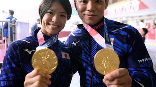 Uta Abe, (à gauche) médaillée d'or du concours de judo femmes -52kg et Hifumi Abe, (à droite) médaillé d'or du concours de judo hommes -66kg aux Jeux Olympiques de Tokyo 2020, le 26 juillet 2021. (FRANCK FIFE / AFP)
