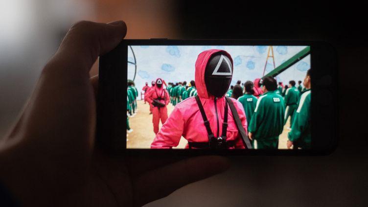 """""""Squid Game"""" visionné sur smartphone (6 octobre 2021) (ROMAIN LONGIERAS / HANS LUCAS / AFP)"""
