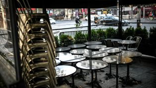 Illustration d'une terrasse d'un restaurant parisien fermé en raison du confinement. (STEPHANE DE SAKUTIN / AFP)