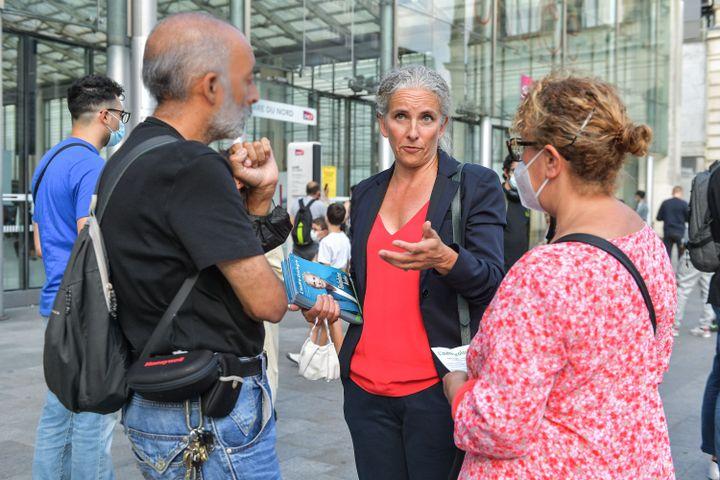 Delphine Batho lors d'une distribution de tracts, le 31 août 2021, à la gare du Nord, à Paris. (ISA HARSIN / SIPA)