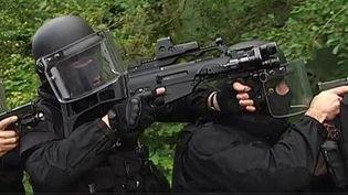 Des policiers armés. (CAPTURE D'ÉCRAN FRANCE 2)