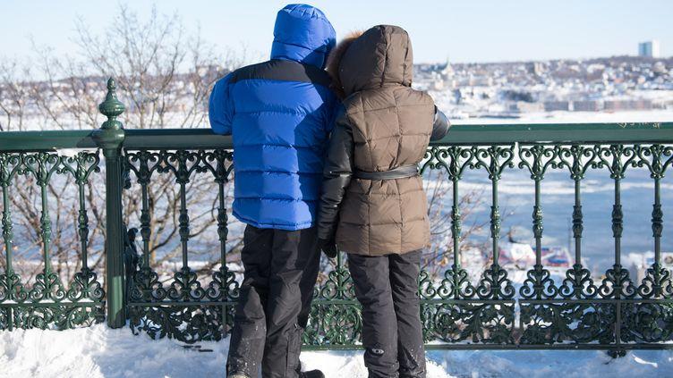 Deux Canadiens bravent le froid, le 27 décembre 2017 à Québec. (ALICE CHICHE / AFP)