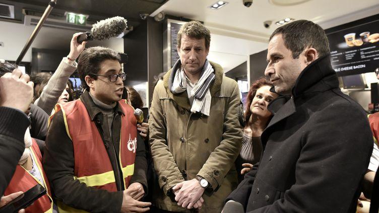 Benoît Hamon et Yannick Jadot lors d'une visite lundi 27 février dans un Mac Donald's à Paris. (PHILIPPE LOPEZ / AFP)