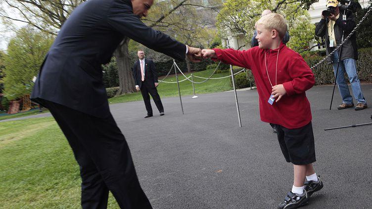 """Le président des Etats-Unis, Barack Obama, salue un enfant par un """"check"""", le 19 avril 2009 à Washington. (AUDE GUERRUCCI / AFP)"""