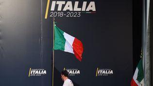 Un homme prépare la scène avant l'arrivée du dirigeant du M5S (Mouvement 5 étoiles)Luigi Di Maio à Rome, le 1er mars 2018. (FILIPPO MONTEFORTE / AFP)