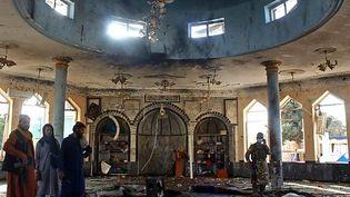 Des talibans enquêtent à l'intérieur d'une mosquée après l'attentat suicide à Kunduz, le 8 octobre 2021. (- / AFP)