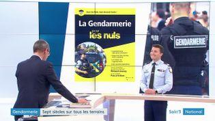 Le colonel Pascal Estève et la couverture du livre La Gendarmerie pour les nuls (France 3)