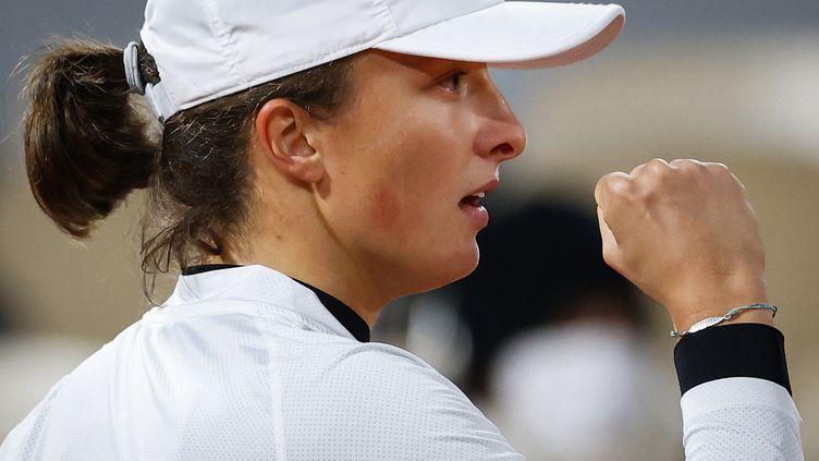 Iga Swiatek serre le poing, elle vient de se qualifier pour les demi-finales de Roland-Garros. (THOMAS SAMSON / AFP)