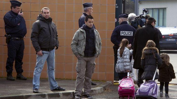 Des élèves d'une école juive escortés par des policiers, à Toulouse (Haute-Garonne), le 20 mars 2012. (PASCAL PAVANI / AFP)