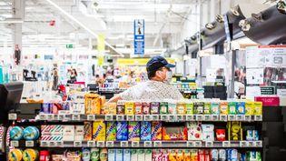 Un homme porte un masque dans un centre commercial Auchan, à Perpignan (Pyrénées-Orientales), le 26 mai 2020. (JEAN-CHRISTOPHE MILHET / HANS LUCAS / AFP)