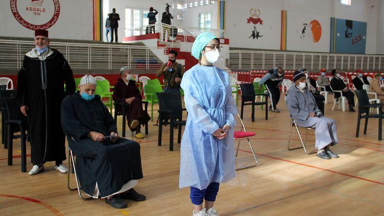 Des personnes attendent de recevoir le vaccin contre le Covid-19lors d'une campagne nationale de vaccination contre la maladie, à Salé, au Maroc, le 29 janvier 2021. (SHEREEN TALAAT / REUTERS)