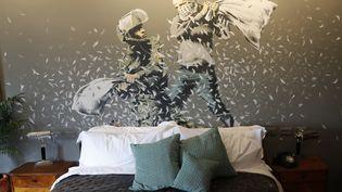 """Une chambre de l'hôtel """"Hotel Walled-Off"""" redécorée par l'artiste Banksy, à Bethléem (Cisjordanie), le 3 mars 2017. (THOMAS COEX / AFP)"""
