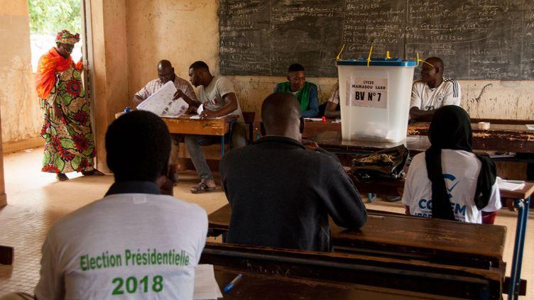 Un bureau de vote à Bamako (Mali), le 12 août 2018. (HAMDIA TRAORE / ANADOLU AGENCY / AFP)