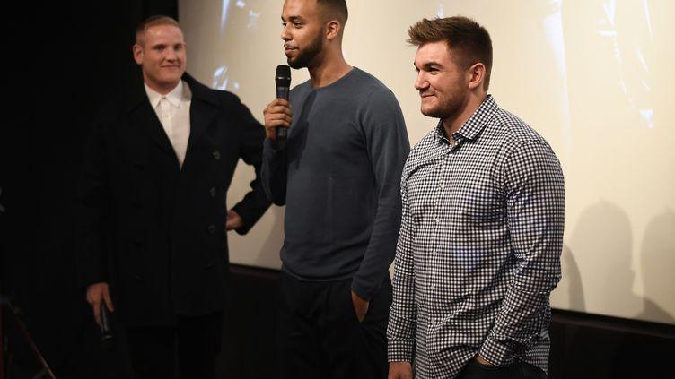 """Anthony Sadler, Alek Skarlatos et Spencer Stone sont réunis à Paris le 29 janvier 2018 pour la diffusion du film """"Le 15h17 pour Paris"""", récit de l'attaque déjouée du Thalys. (LIONEL BONAVENTURE / AFP)"""