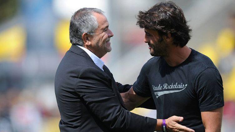 Xavier Garbajosa (à droite) et René Bouscatel. L'ancien trois-quart centre du Stade Toulousain est le coach des lignes arrières du Stade Rochelais (XAVIER LEOTY / AFP)