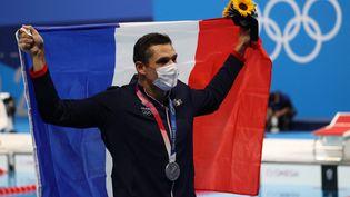 Florent Manaudou pose avec sa médaille d'argent sur 50 m nage libre, lors des Jeux de Tokyo, le 1 août 2021. (TETSU JOKO / YOMIURI / AFP)