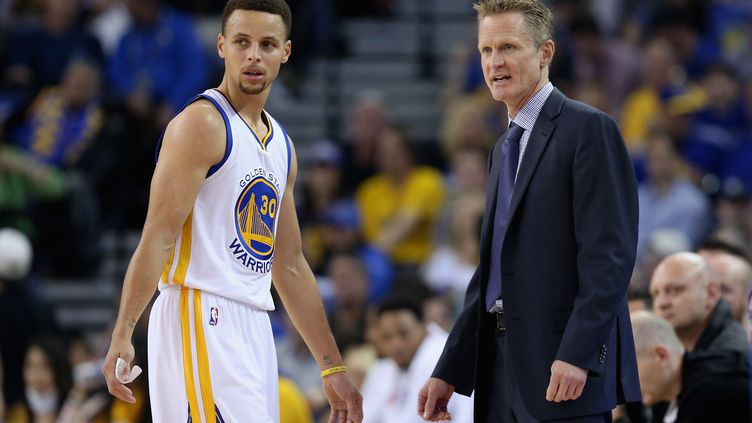 Stephen Curry et son entraîneur Steve Kerr (Golden State Warriors) (EZRA SHAW / GETTY IMAGES NORTH AMERICA)