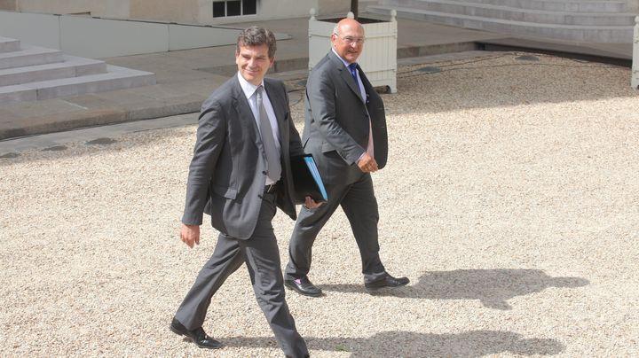 Arnaud Montebourg, le ministre du Redressement productif, etMichel Sapin, le ministre du Travail, quittent l'Elysée (Paris), le 22 août 2012. ( MAXPPP)
