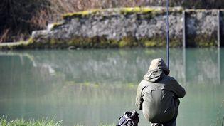 Un homme participe à l'ouverture de la pêche, dans la vallée de l'Albarine (Ain), le 8 mars 2014. (  MAXPPP)