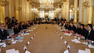 François Hollande et le gouvernement lors du dernier Conseil des ministres du quinquennat, le 10 mai 2017 à l'Elysée. (FRANCOIS MORI / AFP)