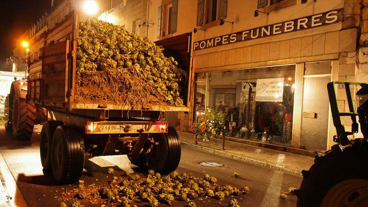 Des agriculteurs bretons déversent des artichauts dans les rues de Morlaix (Finistère) pour protester contre les contraintes administratives et fiscales qui pèsent sur eux, le 19 septembre 2014. (CITIZENSIDE / ARZHEL FLEOUTER / AFP)