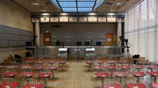 Vue générale de la salle d'audience du palais de justice de Nanterre. (BERTRAND GUAY / AFP)