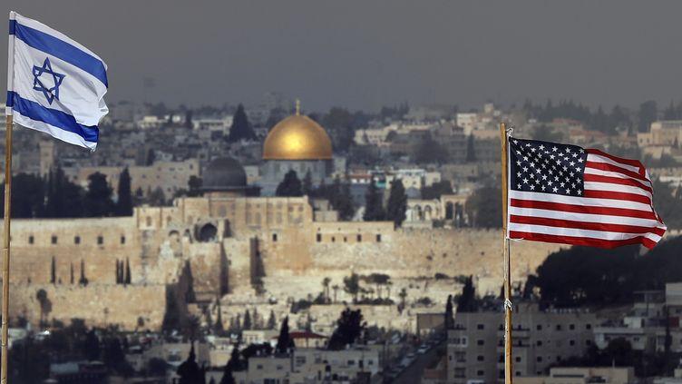 Les drapeaux israélien et américain flottent dans le ciel de Jérusalem, le 13 décembre 2017. (AHMAD GHARABLI / AFP)