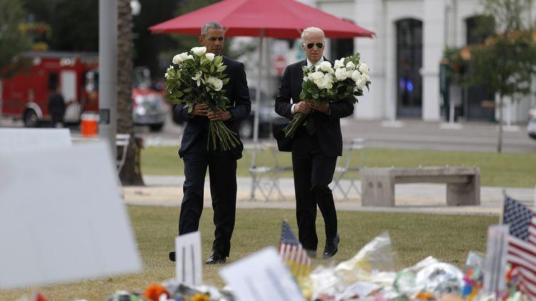 Barack Obama et Joe Biden arrivent pour déposer des fleurs en hommage aux victimes de la fusillade d'Orlando, le 16 juin 2016, en Floride. (CARLOS BARRIA / REUTERS)
