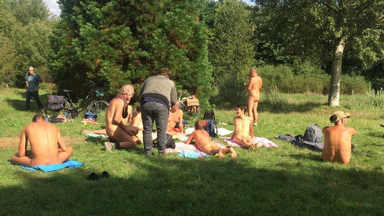 Des naturistesont inauguré un espace qui leur est dédié au bois de Vincennes (Paris), le 31 août 2017.  (FRANCEINFO)