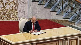 Alexandre Loukachenko lors de sa prestation de serment pour un sixième mandat présidentiel, mercredi 23 septembre 2020 à Minsk. (ANDREY STASEVICH / BELTA / AFP)