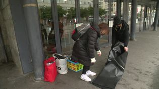 Des coiffeuses coupent les cheveux à des SDF dans les rues de Caen. (FRANCEINFO)
