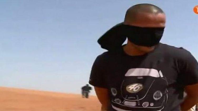 Madjid Bougherra en faux otage. (DR/Capture d'écran)