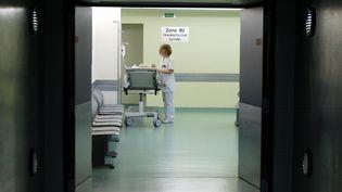 Une infrmière s'occupe d'une patiente au service d'urgence de l'hôpital de Hautepierre, à Strasbourg (illustration). (OLIVIER MORIN / AFP)