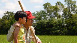 "Alan S. Kim, Steven Yeun dans ""Minari"", deLee Isaac Chung, juin 2021 (MELISSA LUKENBAUGH)"