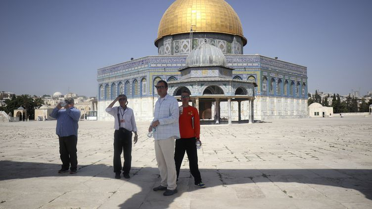 Des touristes visitent l'esplanade des Mosquées, lundi 17 juillet, à Jérusalem. (THOMAS COEX / AFP)