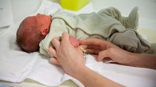 Un nouveau-né dans une maternité de Chambéry (Savoie), le 2 janvier 2018. (JESSICA BORDEAU / AFP)