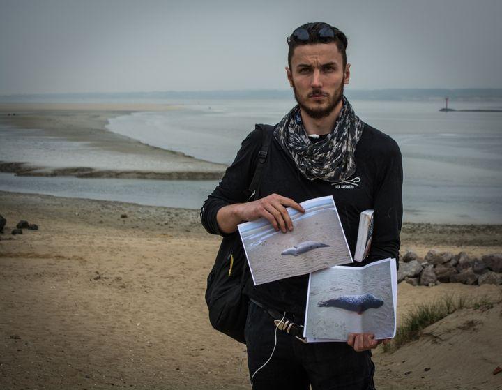 Jean Bottequin, militant de l'association Sea Shepherd, à quelques mètres du lieu de la découverte des deux phoques au Touquet (Pas-de-Calais), le 25 mai 2018. (MATHILDE GOUPIL / FRANCEINFO)