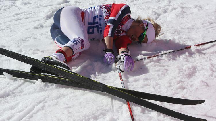 La Norvégienne Therese Johaug tente de récupérer après l'épreuve de ski de fond sur 10 km dames à Sotchi (Russie), le 13 février 2014. (SERGEI KARPUKHIN / REUTERS)