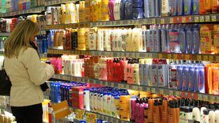 Un rayon de cosmétiques et de produits solaires dans un supermarché de Mulhouse (Haut-Rhin), le 23 décembre 2008. (MAXPPP)