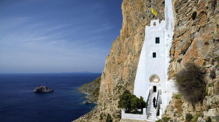 Le monastère de l'île d'Amorgos dans les Cyclades. C'est ce monastère qui apparaît dans le film de Luc Besson «Le Grand Bleu». (GARCIA Julien / hemis.fr)