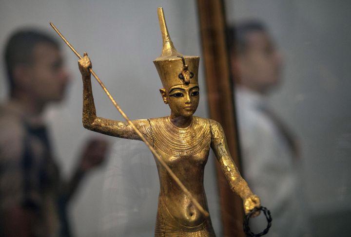 Statue de Toutankhamon en or, pêchant dans le Nil, exposée au Caire.  (Mahmoud Khaled / AFP)