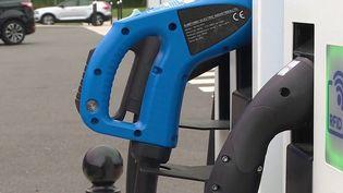 Automobile : les bornes de recharge électriques se multiplient sur les autoroutes (France 3)