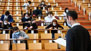 Des étudiants à l'université de Rennes 1, le 4 janvier 2021. (DAMIEN MEYER / AFP)