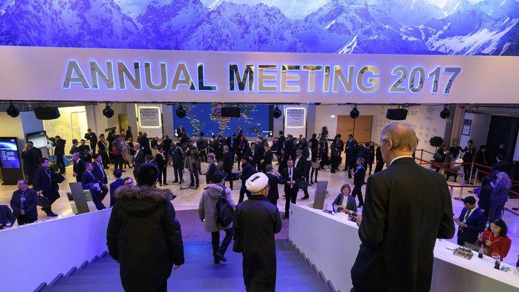 Les chefs d'Etat et patrons d'entreprises réunis au Forum économique mondial de Davos, le 17 janvier 2017. (FABRICE COFFRINI / AFP)