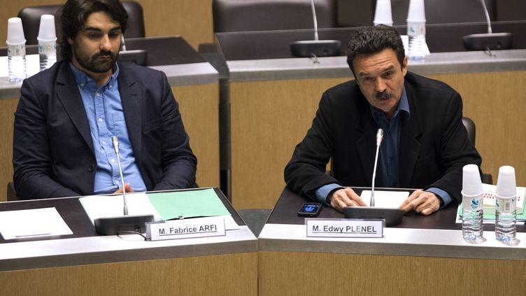 Fabrice Arfi (à g.) et Edwy Plenel (à dr.), devant la commission d'enquête parlementaire chargée de l'affaire Cahuzac, à l'Assemblée nationale (Paris),le 21 mai 2013. (JOEL SAGET / AFP)