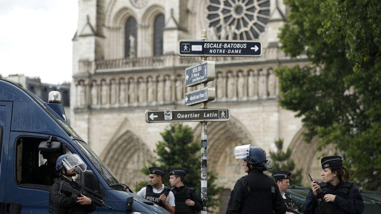 Des policiers devant la cathédrale Notre-Dame de Paris, le 6 juin 2017. (YOAN VALAT / EPA)