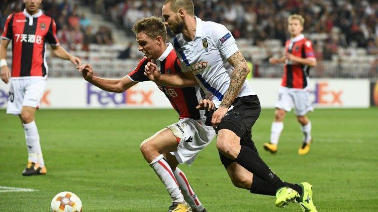.Arnaud Souquet prend le meilleur sur un défenseur néerlandais  (BORIS HORVAT / AFP)